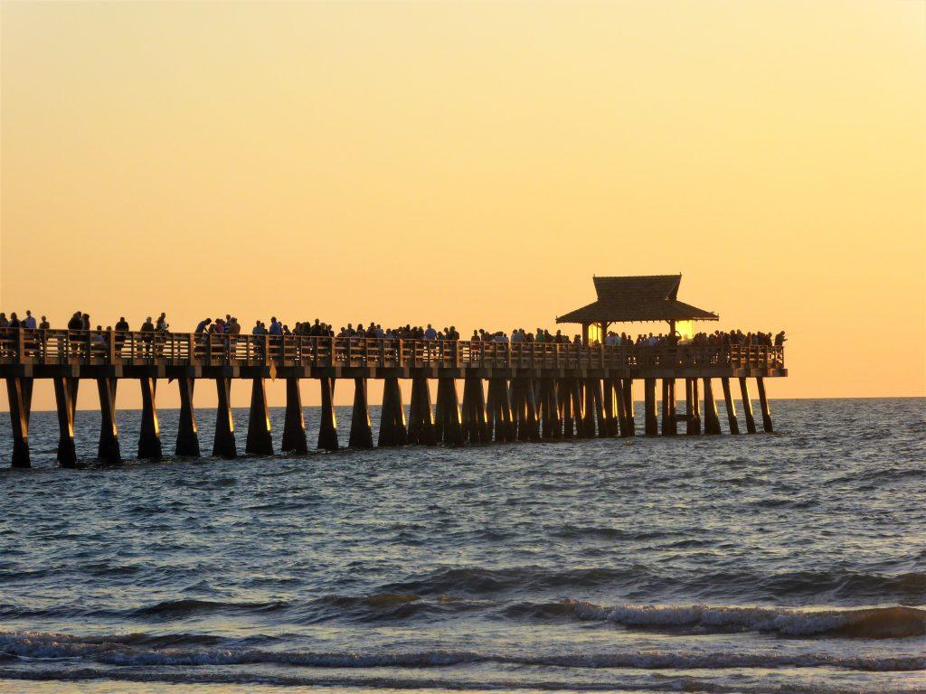 Napels Pier im Sonnenuntergang