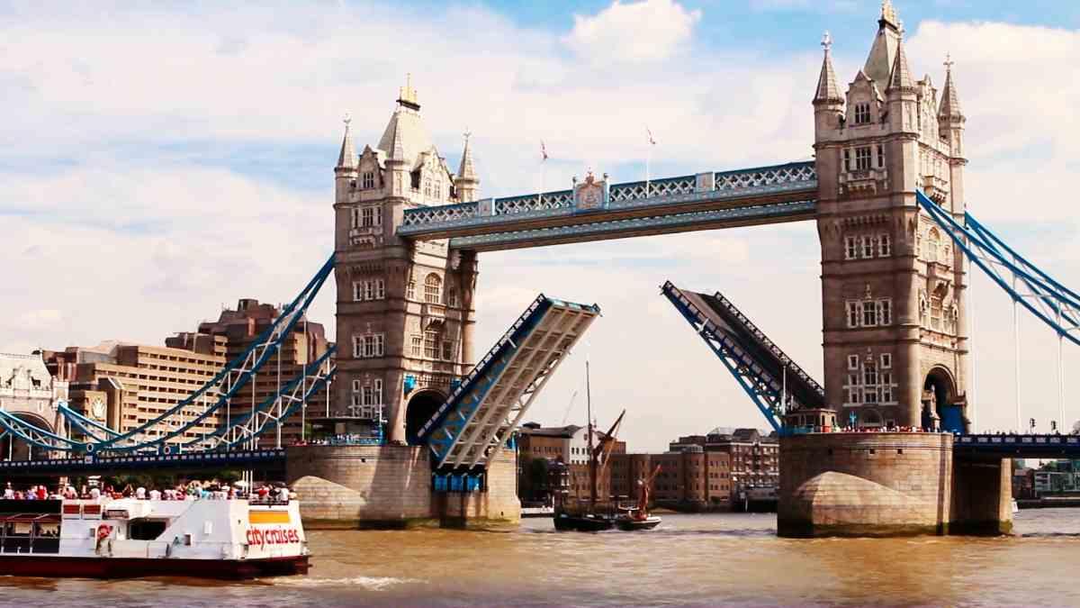 Tower Bridge öffnet sich