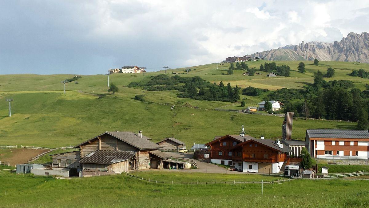 Photo of Die Ortschaft Seiser Alm – Saltria, Compatsch, Joch und Piz