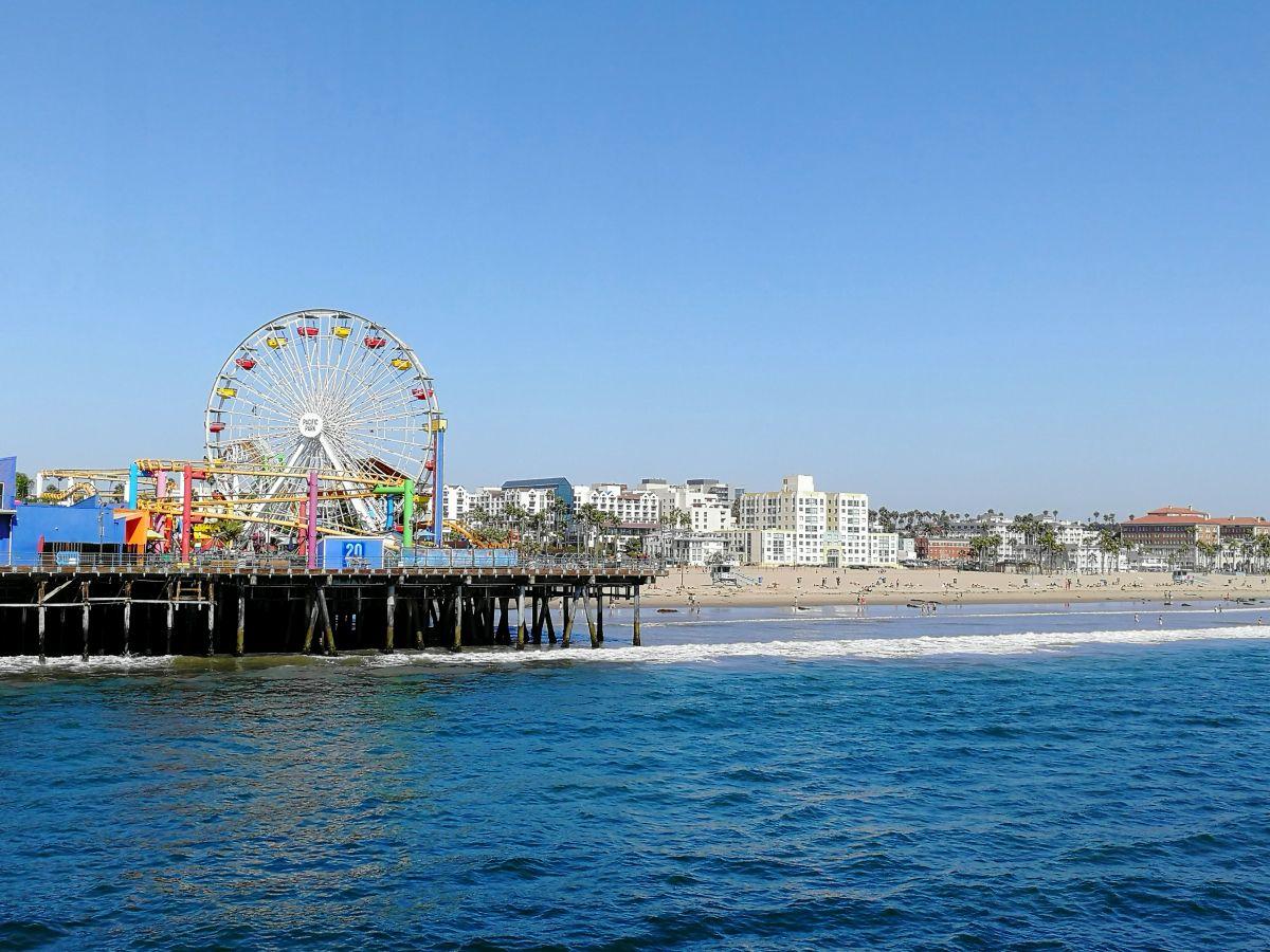 Photo of Santa Monica Pier – Pacific Park und das Ende der Route 66 auf dem Wahrzeichen von Los Angeles
