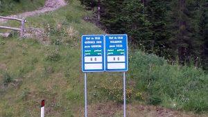 Schild Pass zum Grödner und Sellajoch